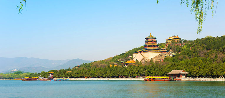 Enjoy the beautiful scenery in the Summer Palace