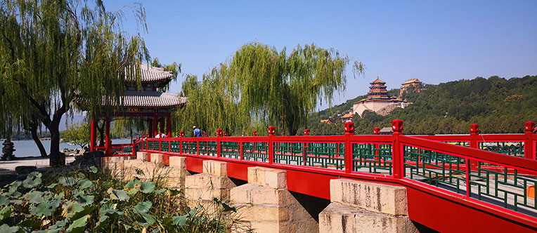 Appreciate the pleasant landscape in the Summer Palace