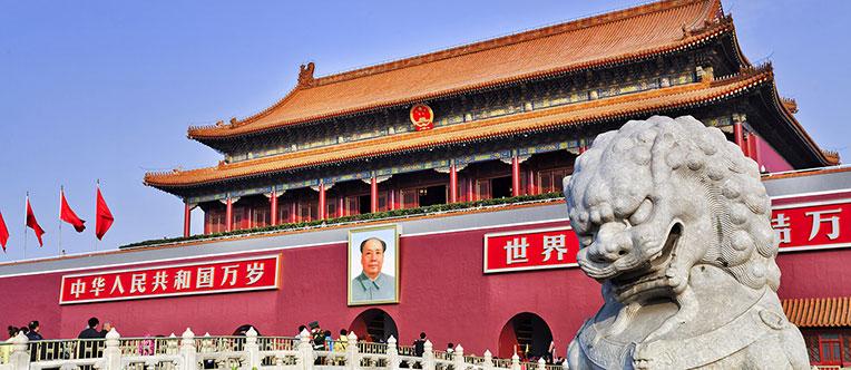 Admire the solemn Tiananmen Tower in Tiananmen Square