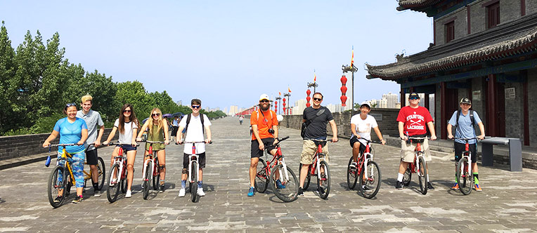 Enjoy cycling on the ancient Xi'an City Wall