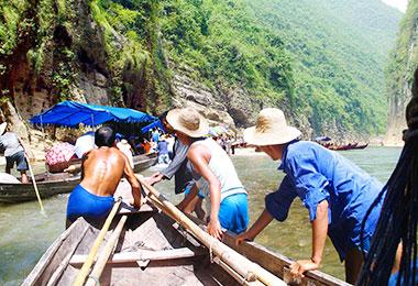 Sampan adventure along the Shennong Stream