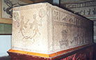 The relief on a stone coffin presents daily life of the Han people