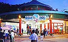 This is the famous Ocean Park, a tourist attraction that you should not miss when traveling in Hong Kong.