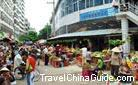 Sanya's fruit makets are busy, striking not only local people but visitors from other places to buy some and tast.