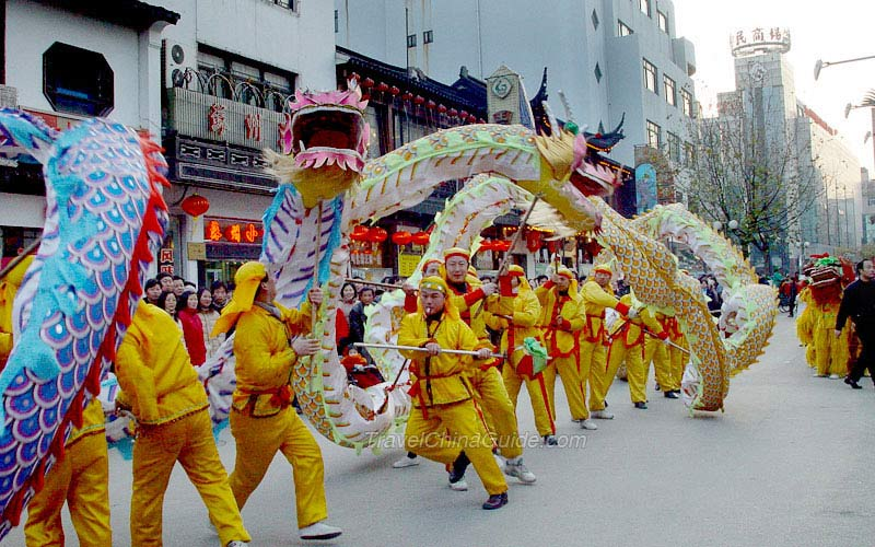 the symbolism in a chinese lion dance performance The lion dance is an important tradition in the chinese culture it is a common practice as part of chinese new year festivities to bring good luck and happiness it is tradition is to feed.