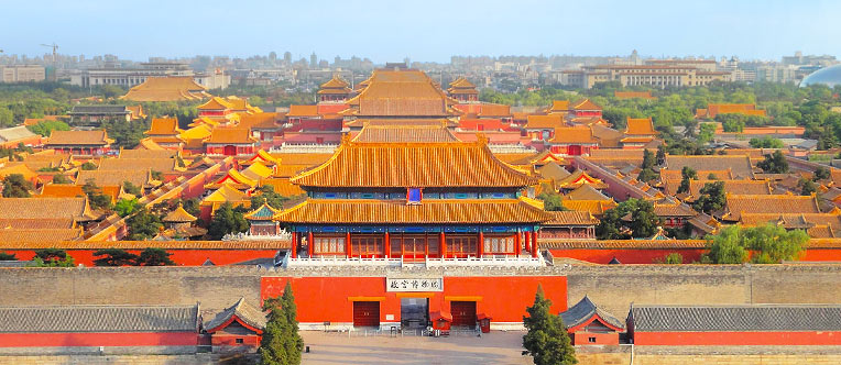 A grand scene of the Forbidden City from the top of the Jingshan Hill