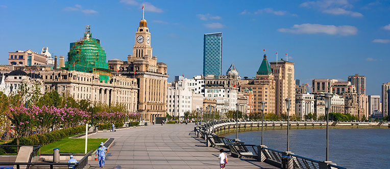 Feel the charm of Shanghai at the Bund area