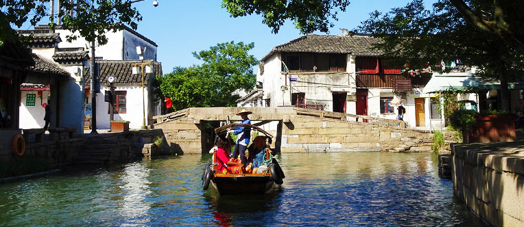 Enjoy a pleasant boat trip in Tongli Water Town